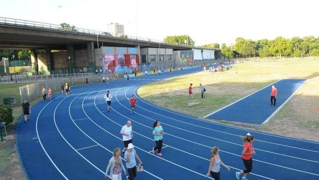Reabrió la pista atlética de Parque Chacabuco
