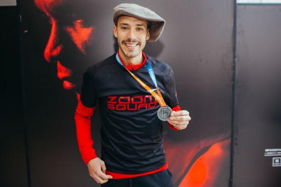 Lucas Báez, con la del Zoom Squad y la medalla