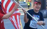 Bill Briggs, con la placa de sus 600 carreras