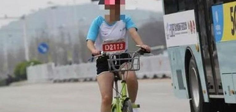 Meng, la atleta que usó una bici para bajar su tiempo