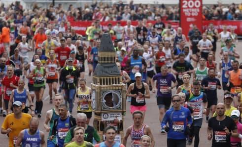 Lukas Bates, el Big Ben corredor de la Maratón de Londres (foto: BBC