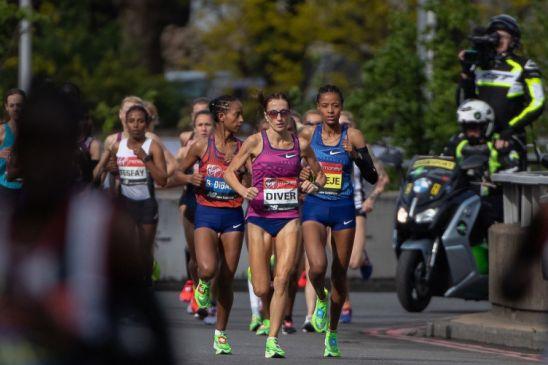 Sinead Diver liderando el pelotón en la Maratón de Londres