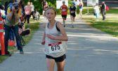 Sidney Swierenga es una niña rubia y flaca, aparece corriendo en el curso de la maratón
