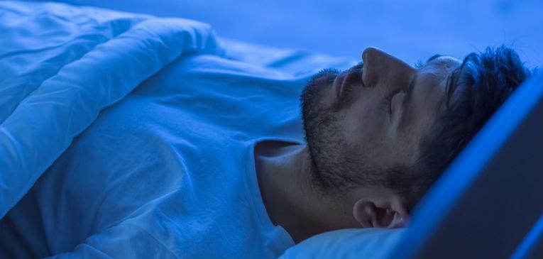 Un hombre durmiendo, solo aparece la cabeza
