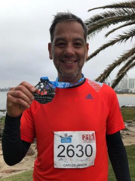 El enviado de atletas.info, con su medalla de los 21K en la Maratón Internacional de Punta del Este (foto: Carlos Janeir)