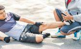 Un amigo ayudando a otro que está en el suelo con fatiga muscular