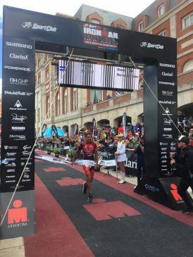 Thomas Galíndez cruza la línea de meta del Ironman Mar del Plata