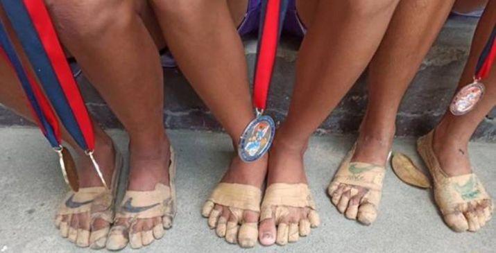 Rhea Bullos y sus amigas, con el mismo calzado