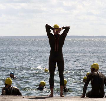 Saiba como se preparar melhor para nadar em águas abertas em baixas temperaturas, tanto nas provas como nos treinos. Carsten Medom Madsen / Shutterstock.com