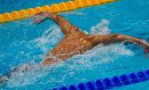 Não é pelo fato de o crawl/livre ser o nado adotado nas competições que o triatleta deve deixar de treinar os três estilos: peito, borboleta e costas - Foto: Atos International by CC