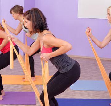 A faixa elástica é fácil de ser utilizada e pode ser útil para muitos exercícios, incluindo aqueles que deixam o bumbum durinho. Foto: Shutterstock