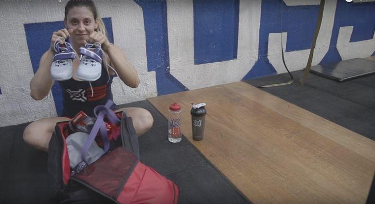 Vivi Aiello abre a bolsa de crossfiteiro para mostrar o que ela leva para treinar - Foto: Youtube