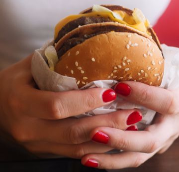 Dormir pouco pode fazer você comer mais junk foods