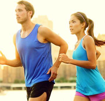 É importante que haja uma série de treinos educativos para trabalhar a postura na corrida, para que o corpo seja mais eficiente no exercício.