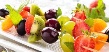 Sobremesa saudável e fácil de fazer: espetinho de frutas