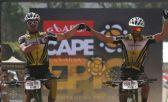 Avancini e Fumic comemoram vitória durante a Cape Epic