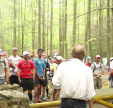 Participantes da Barkley escutam orientações para a prova: ultramaratona ganhou fama a partir de documentário