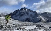 Gabriel en la montaña cubierta de nieve haciendo trail