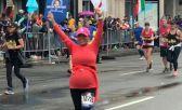 Lizzette Pérez en la Maratón de Boston, celebrando su llegada con los brazos extendidos hacia arriva