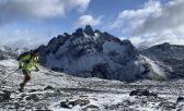 Gabrile en la montaña cubierta de nieve haciendo un trail