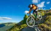 Un hombre en una bajada en una Mountai Bike